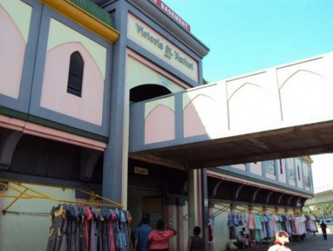 Victoria Street Market. A pink and purple building resembling a Maharaja's palace http://www.indianmarket.co.za/jhi/, this market holds historic significance. The original traders were Indian indentured labourers who traded along Victoria Street between 1860 and 1910. Many of the market traders here are 3rd or 4th generation descendants of the original Victoria Street traders and now have title rights to their shops.