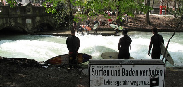 Surfers on the artificial river Eisbach in Englischer Garten in Munich. Photo: Patrick Stahl under Creative Commons license https://creativecommons.org/licenses/by/2.0/legalcode